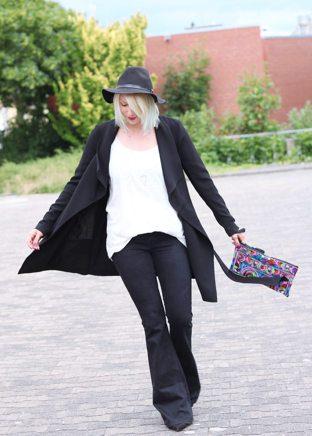 Fashionblogger Outfit Flared Jeans Zara Mantel Only Ethnoclutch Hut (14)