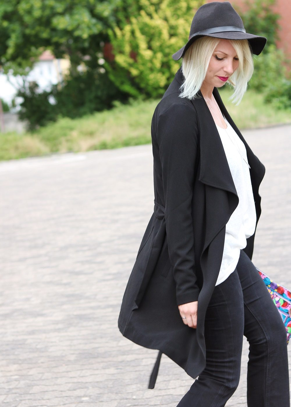 Fashionblogger Outfit Flared Jeans Zara Mantel Only Ethnoclutch Hut (15)