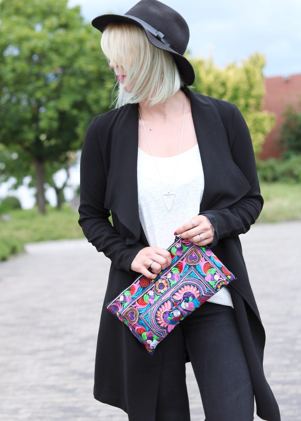 Fashionblogger Outfit Flared Jeans Zara Mantel Only Ethnoclutch Hut (16)