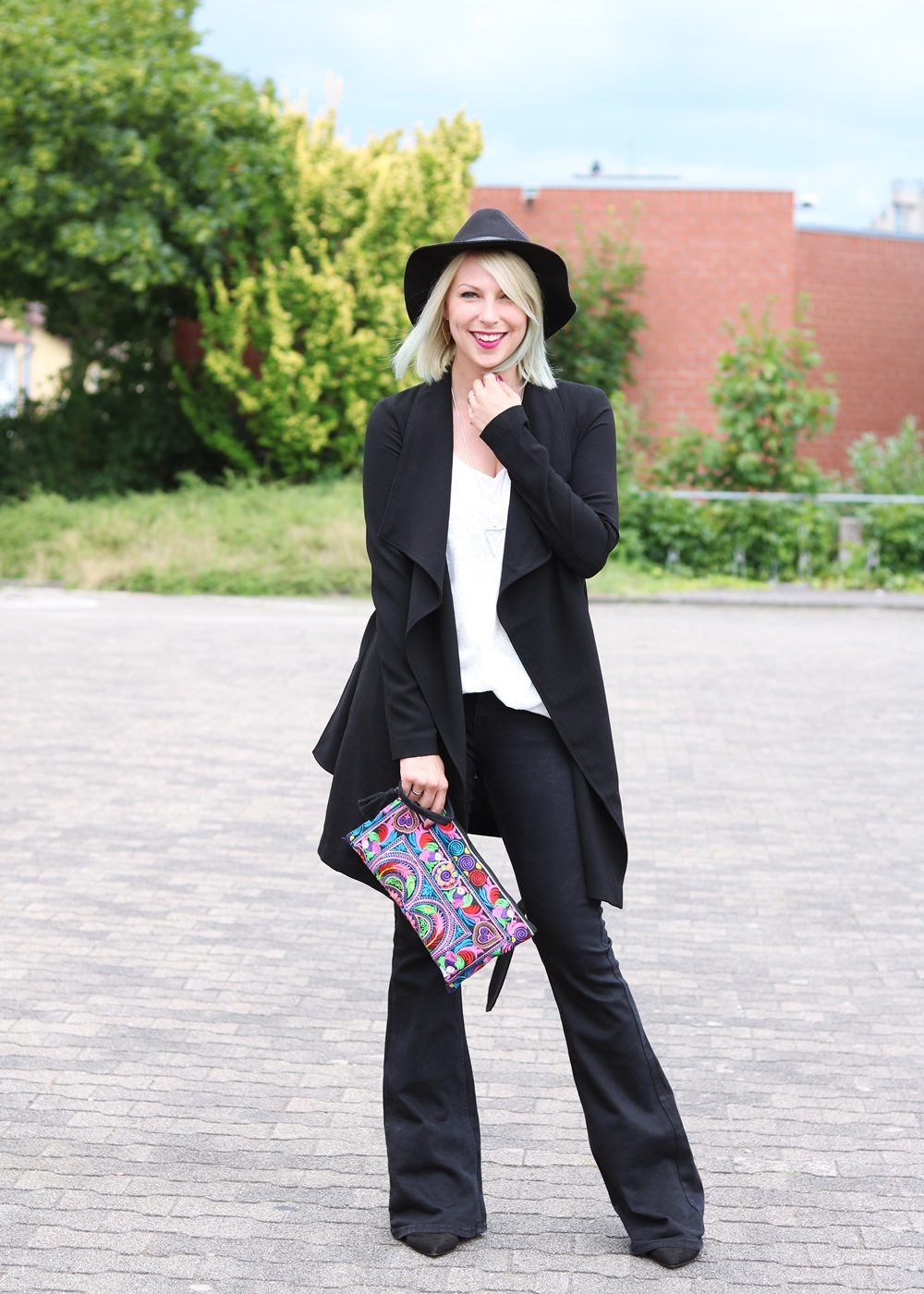 Fashionblogger Outfit Flared Jeans Zara Mantel Only Ethnoclutch Hut (2)