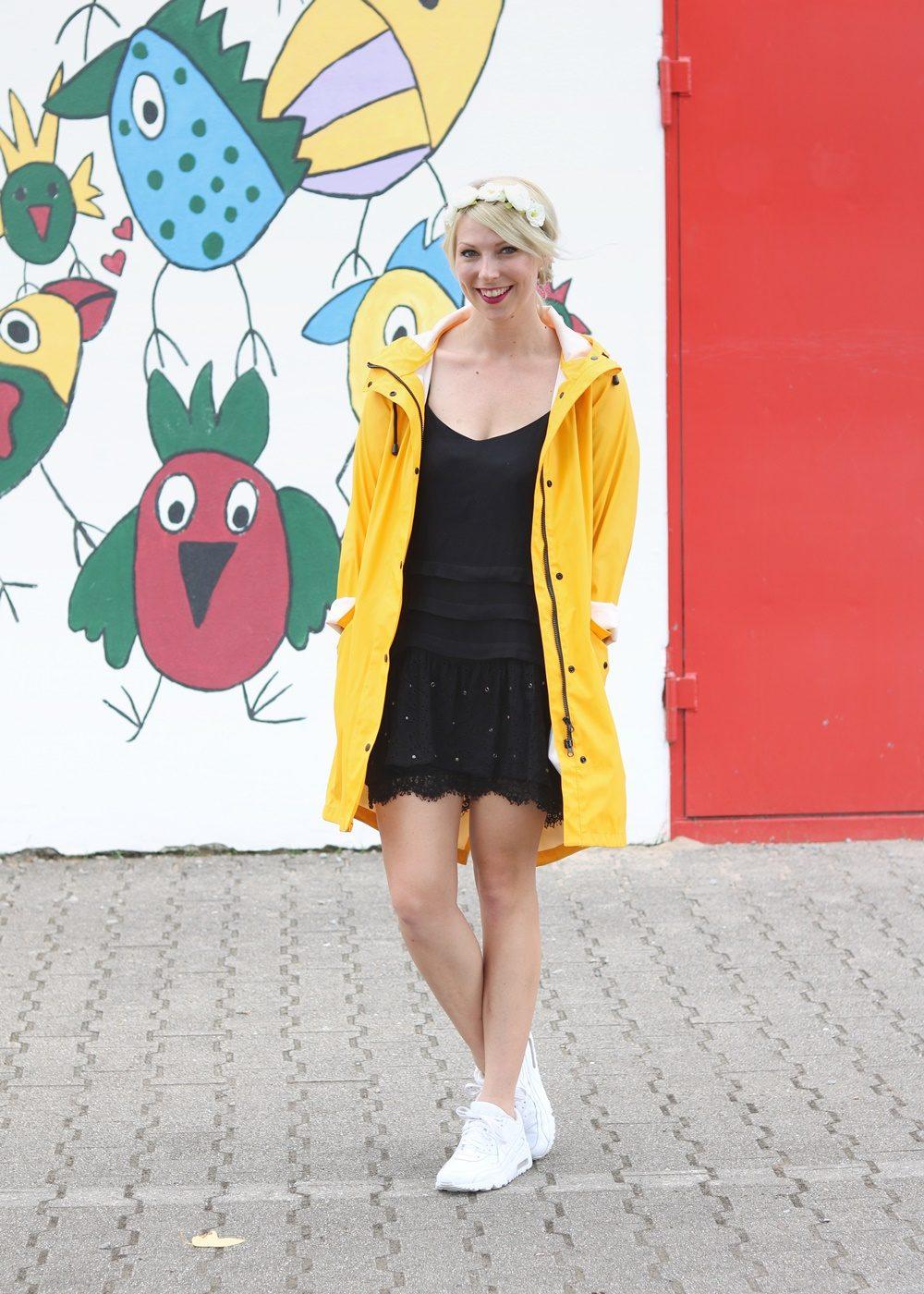 Fashionblogger Outfit Regenmantel gelb Vero Moda Kleid Mango Nike Air Max weiss (1)