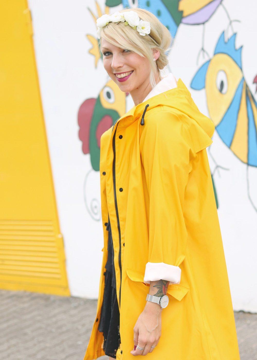 Fashionblogger Outfit Regenmantel gelb Vero Moda Kleid Mango Nike Air Max weiss (12)