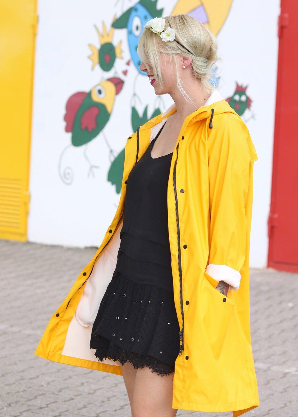 Fashionblogger Outfit Regenmantel gelb Vero Moda Kleid Mango Nike Air Max weiss (5)
