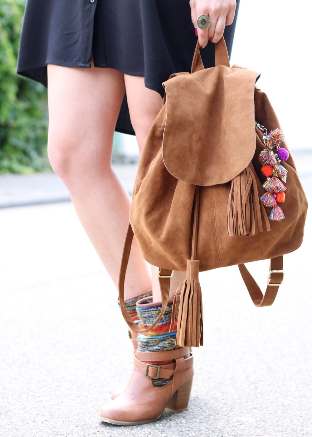 Fashionbloggerin Outfit Blusenkleid Zara Ethnoboots Fransenrucksack Justfab (10)