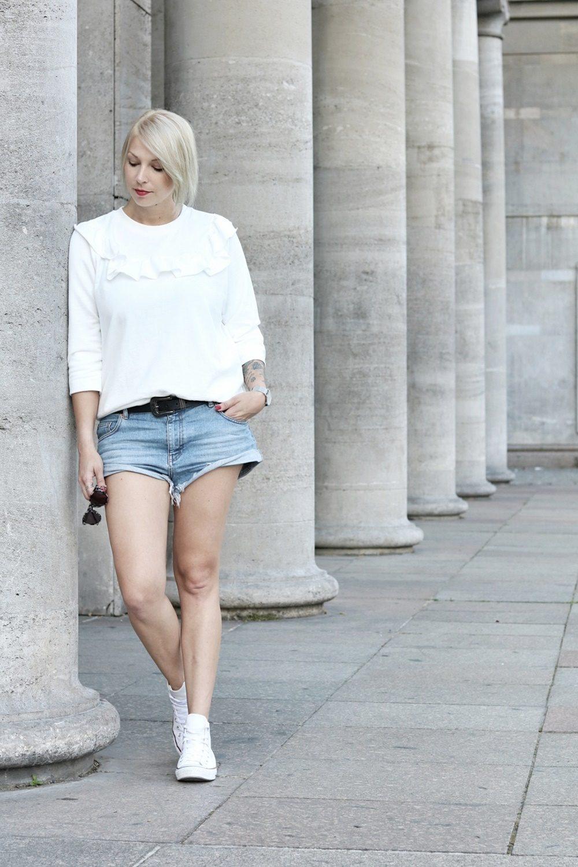 Fashionblogger Berlin Outfit Jeansshorts weisse Lederchucks Swater Rüschen Michalsky Sonnenbrille (1)