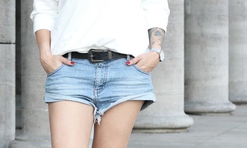 Fashionblogger Berlin Outfit Jeansshorts weisse Lederchucks Swater Rüschen Michalsky Sonnenbrille (6)