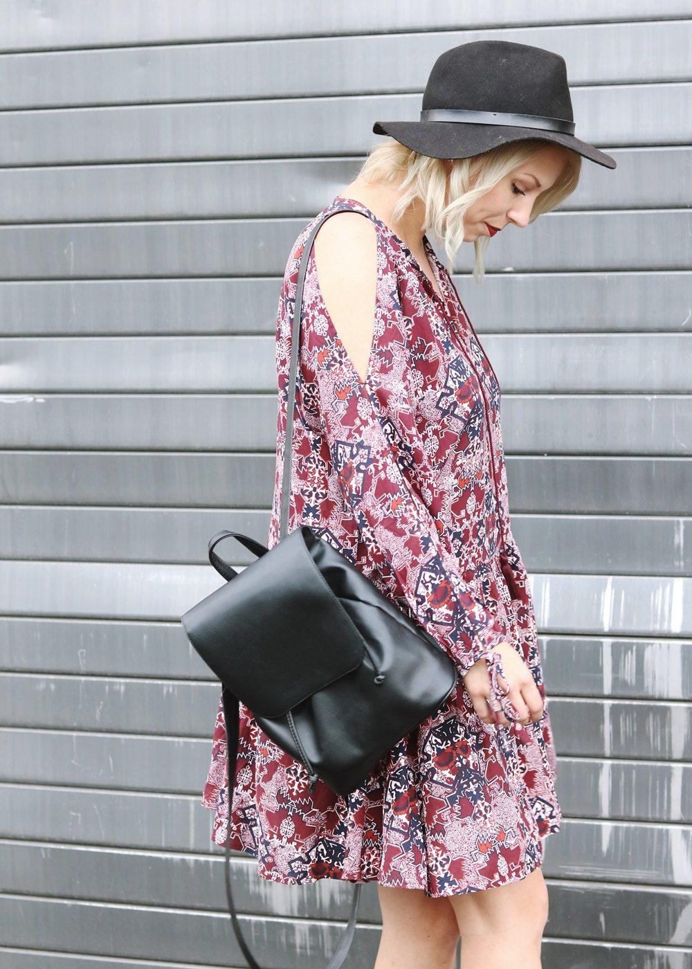 Fashionblogger Outfit Boho Kleid weinrot Bikerboots Rucksack Hut Ethno (10)