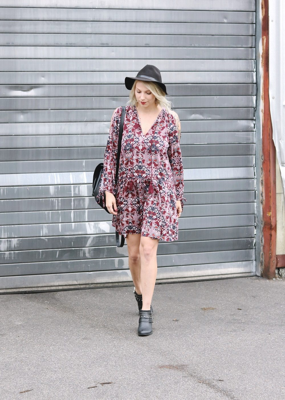 Fashionblogger Outfit Boho Kleid weinrot Bikerboots Rucksack Hut Ethno (28)