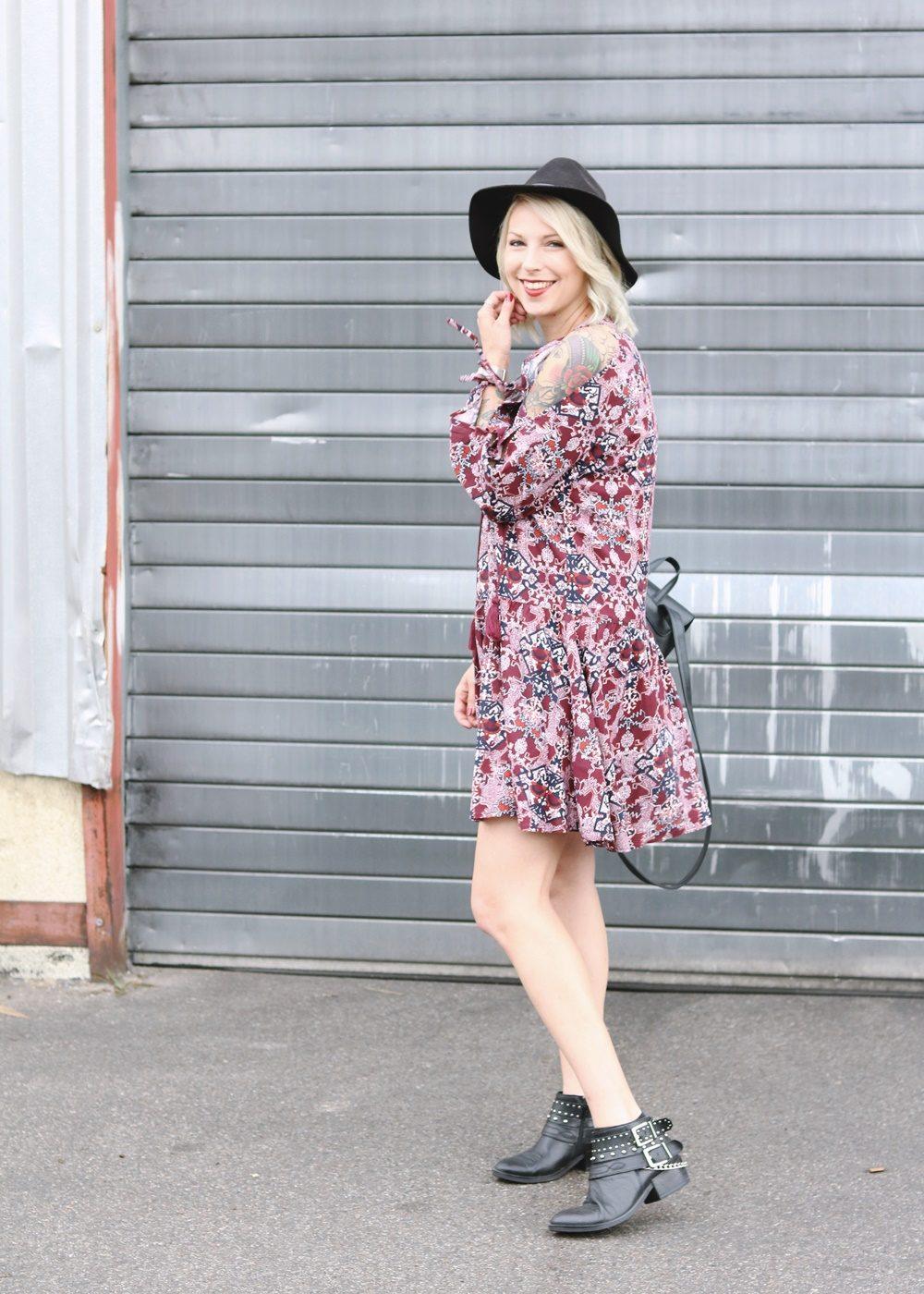Fashionblogger Outfit Boho Kleid weinrot Bikerboots Rucksack Hut Ethno (4)