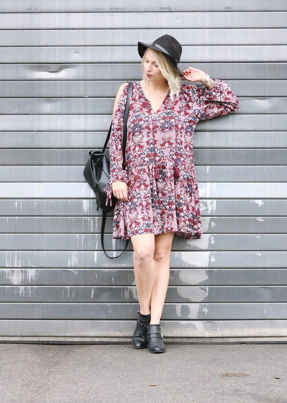 Fashionblogger Outfit Boho Kleid weinrot Bikerboots Rucksack Hut Ethno (5)