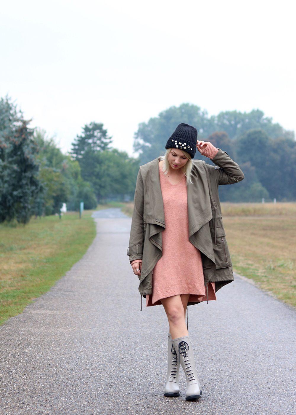 Fashionblogger Outfit Gummistiefel Ilse Jacobsen Strickkleid rosa Parka khaki Oversize Beanie mit Glitzersteinen (4)