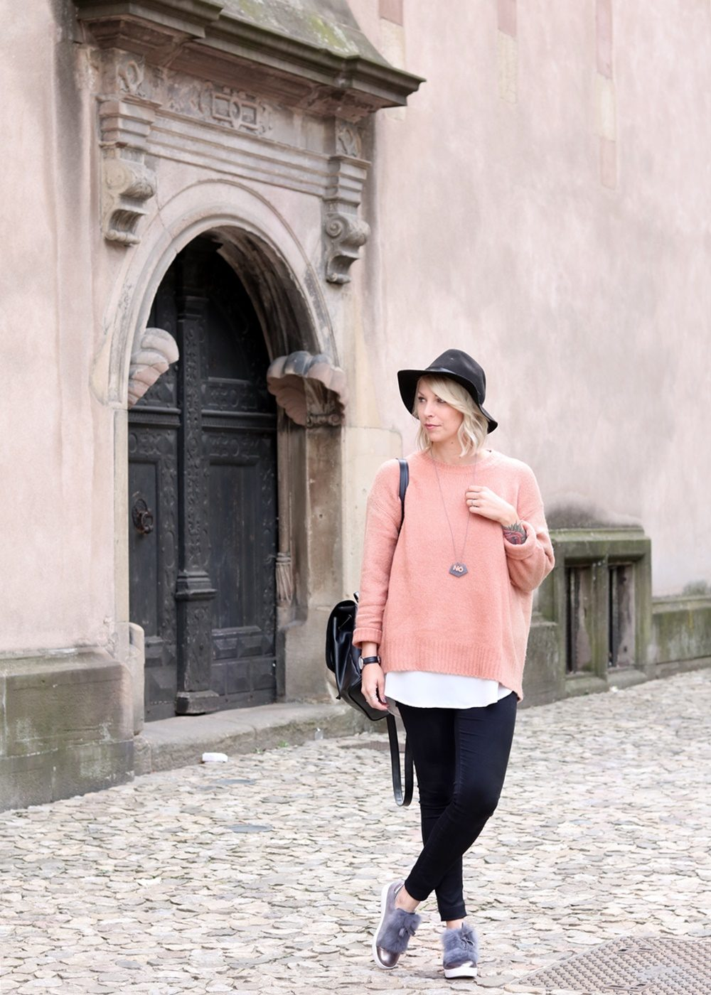 fashionblogger-outfit-rosa-strickpullover-zara-graue-sneaker-fell-rucksack-hut-jeans-2