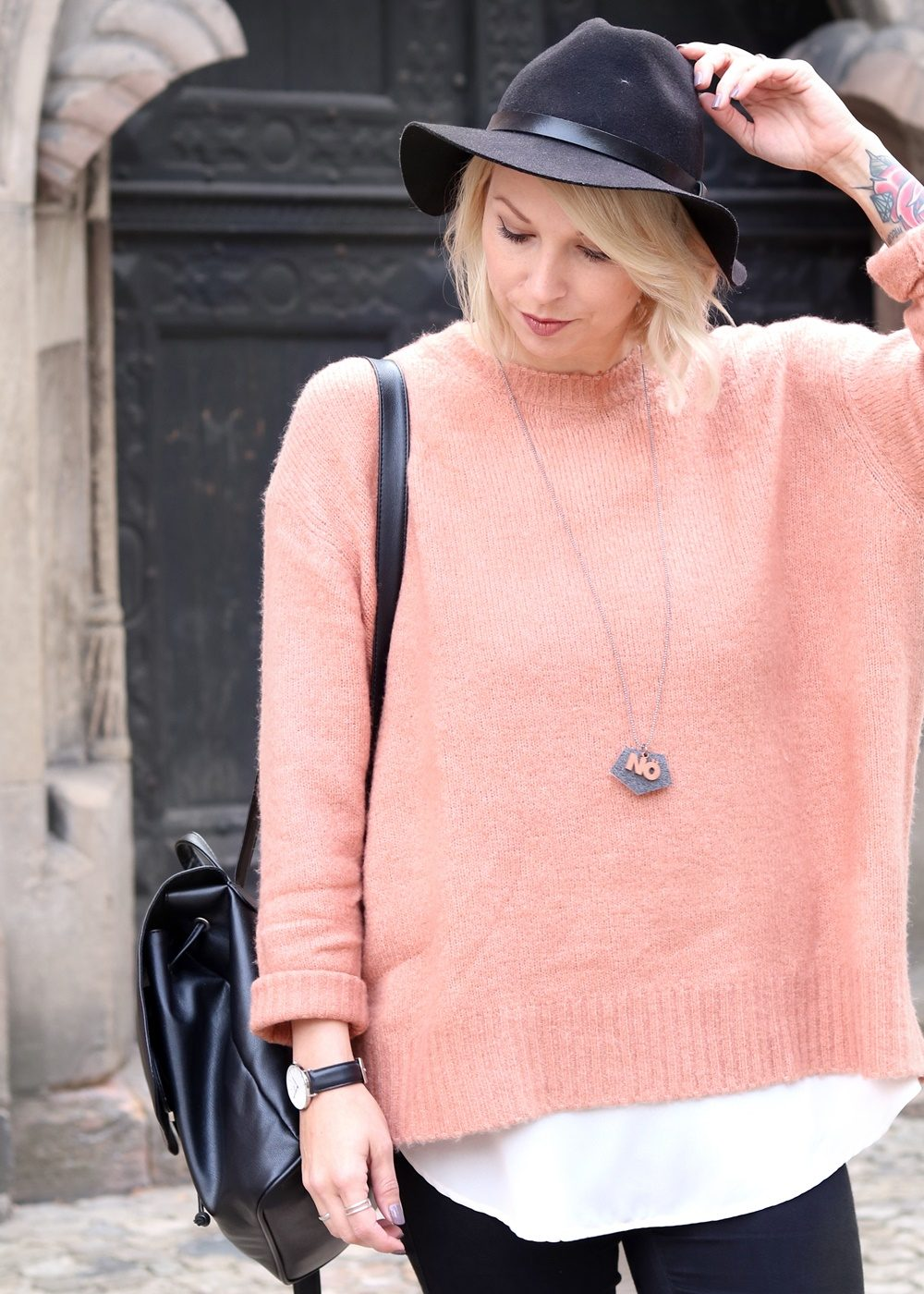 fashionblogger-outfit-rosa-strickpullover-zara-graue-sneaker-fell-rucksack-hut-jeans-3