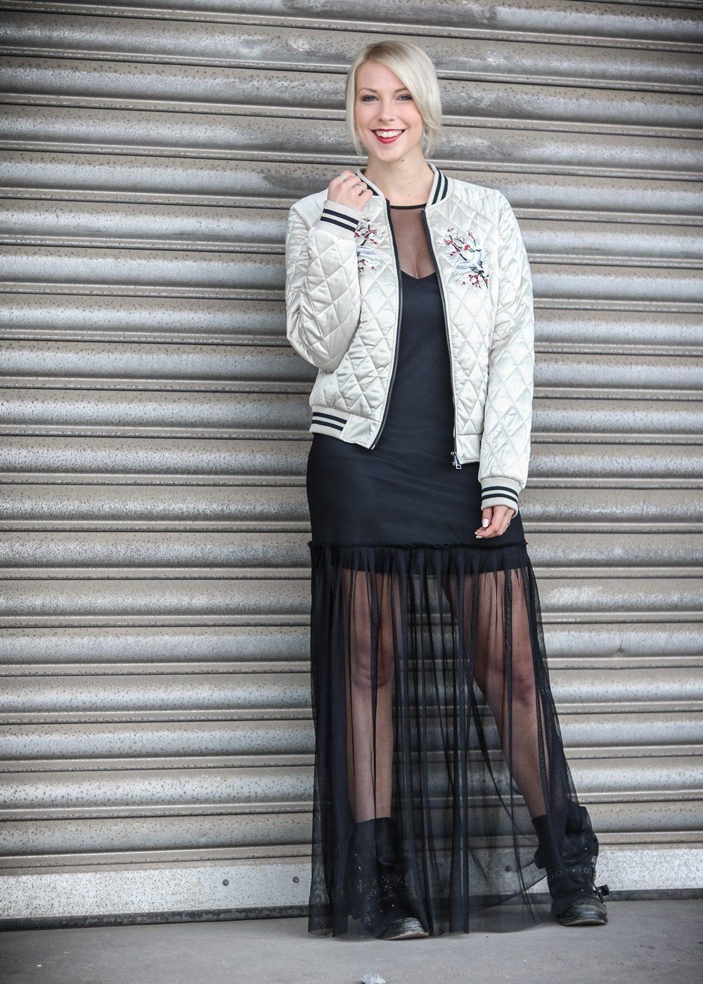 outfit-fashionbloggerin-bomberjacke-vero-moda-bikerboots-schwarzes-maxikleid-transparent-stradivarius-2