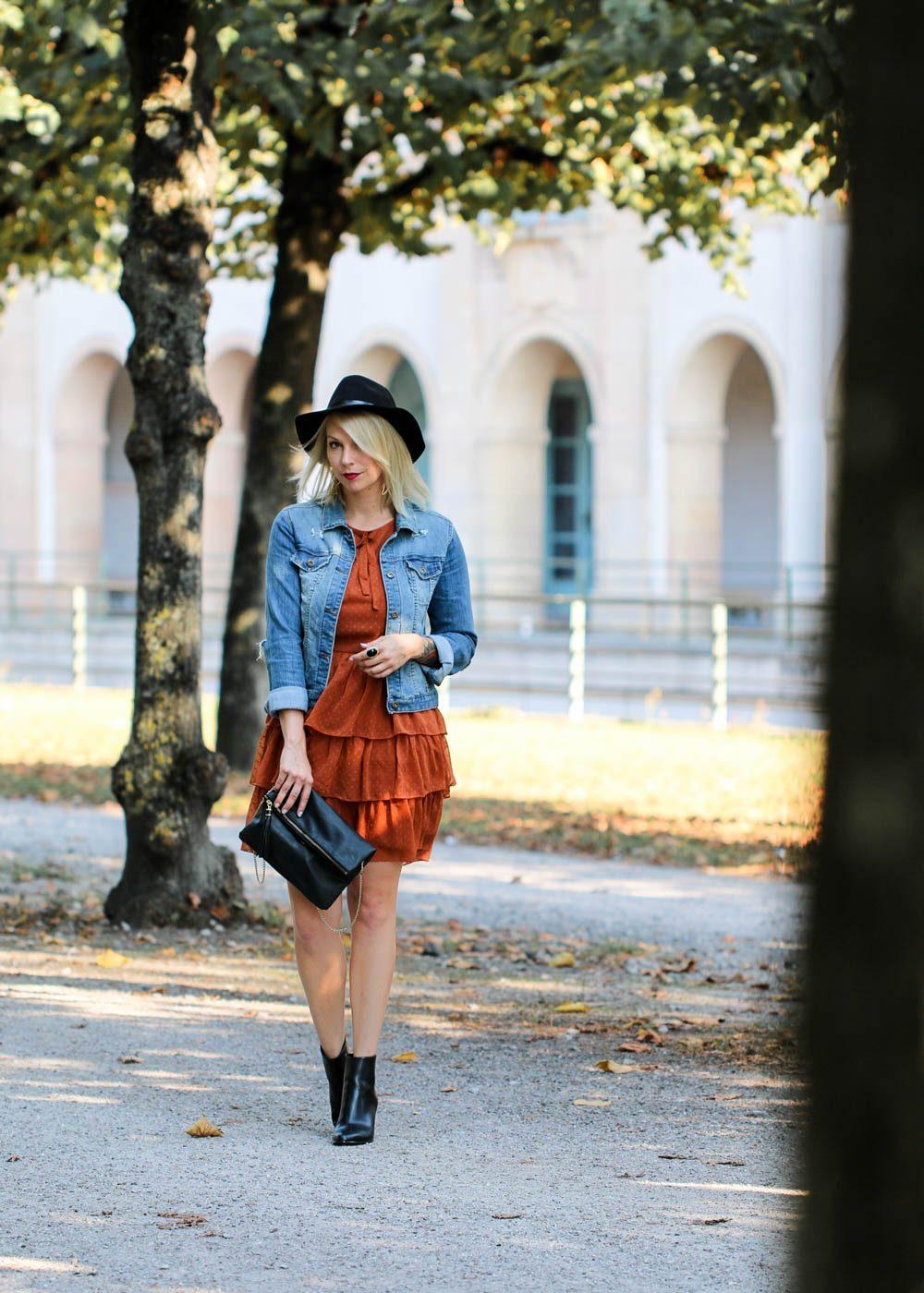 outfit-kleid-volants-vero-moda-rostrot-jeansjacke-stiefeletten-hut-2-von-7