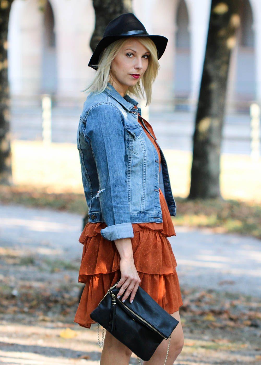 outfit-kleid-volants-vero-moda-rostrot-jeansjacke-stiefeletten-hut-3-von-7