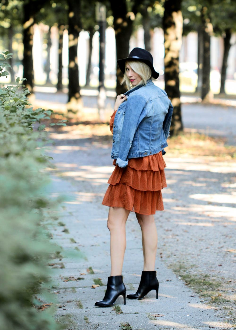 outfit-kleid-volants-vero-moda-rostrot-jeansjacke-stiefeletten-hut-5-von-7