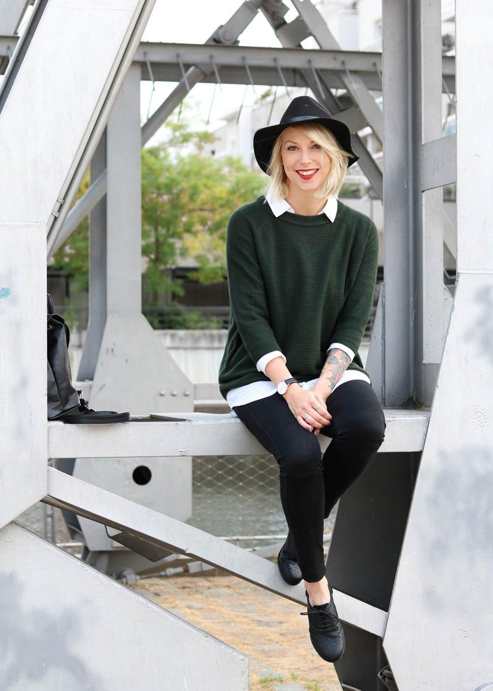 outfit-gruener-strickpullover-weisse-bluse-schwarze-jeans-14-von-20