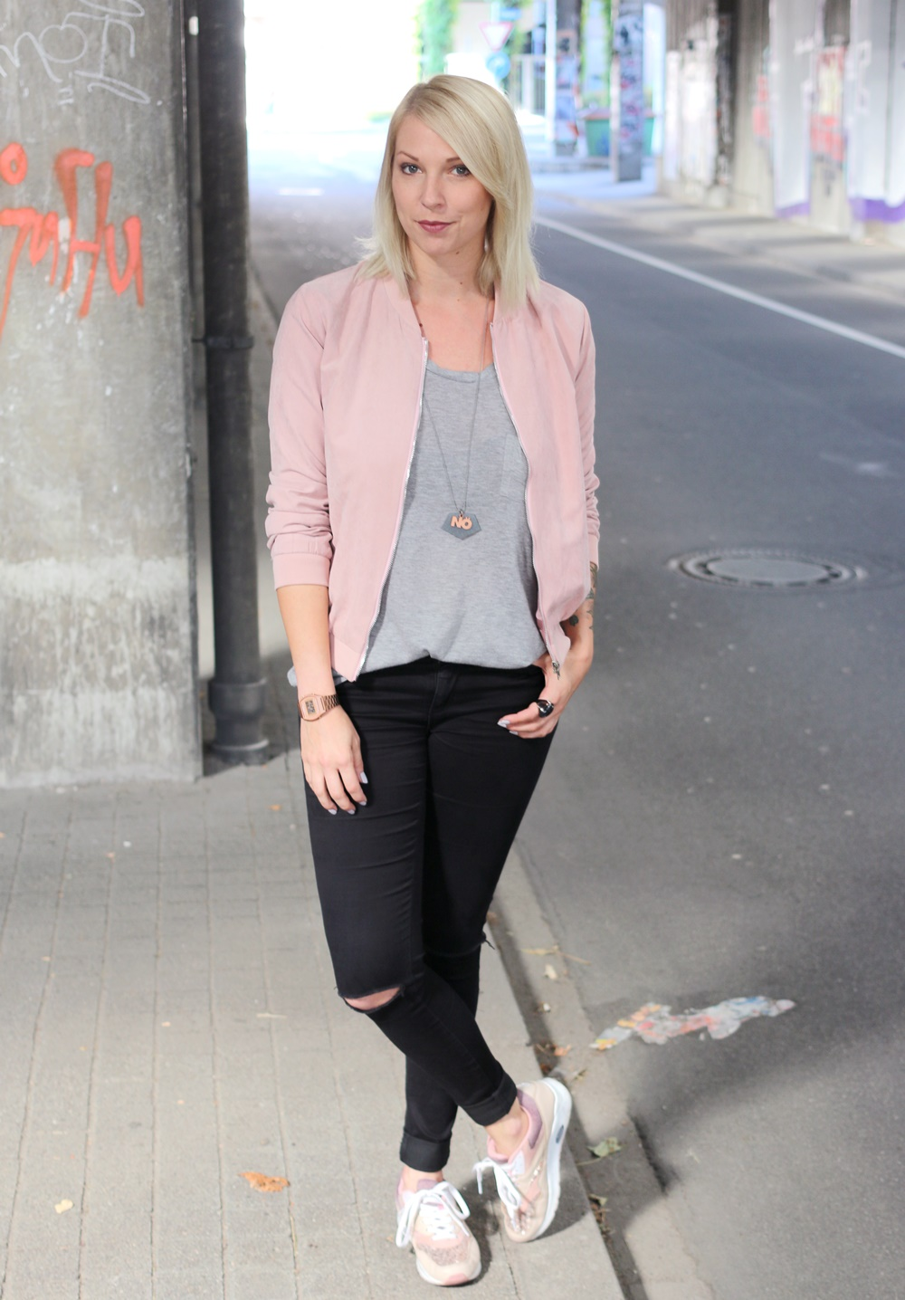 Outfit schwarze skinnyjeans rosa blousonjacke rose sneaker for Rosa kombinieren
