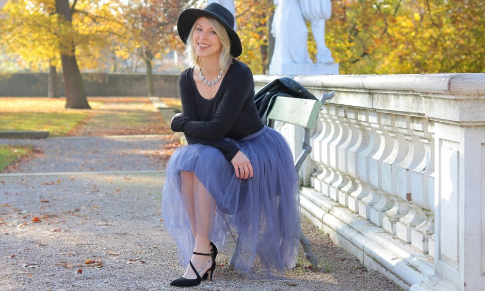 fashionblogger-karlsruhe-outfit-lila-tuellrock-asos-shirt-pumps-tamaris-schwarzer-hut-1