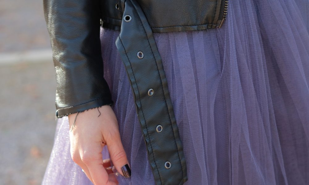 fashionblogger-karlsruhe-outfit-lila-tuellrock-asos-shirt-pumps-tamaris-schwarzer-hut-22