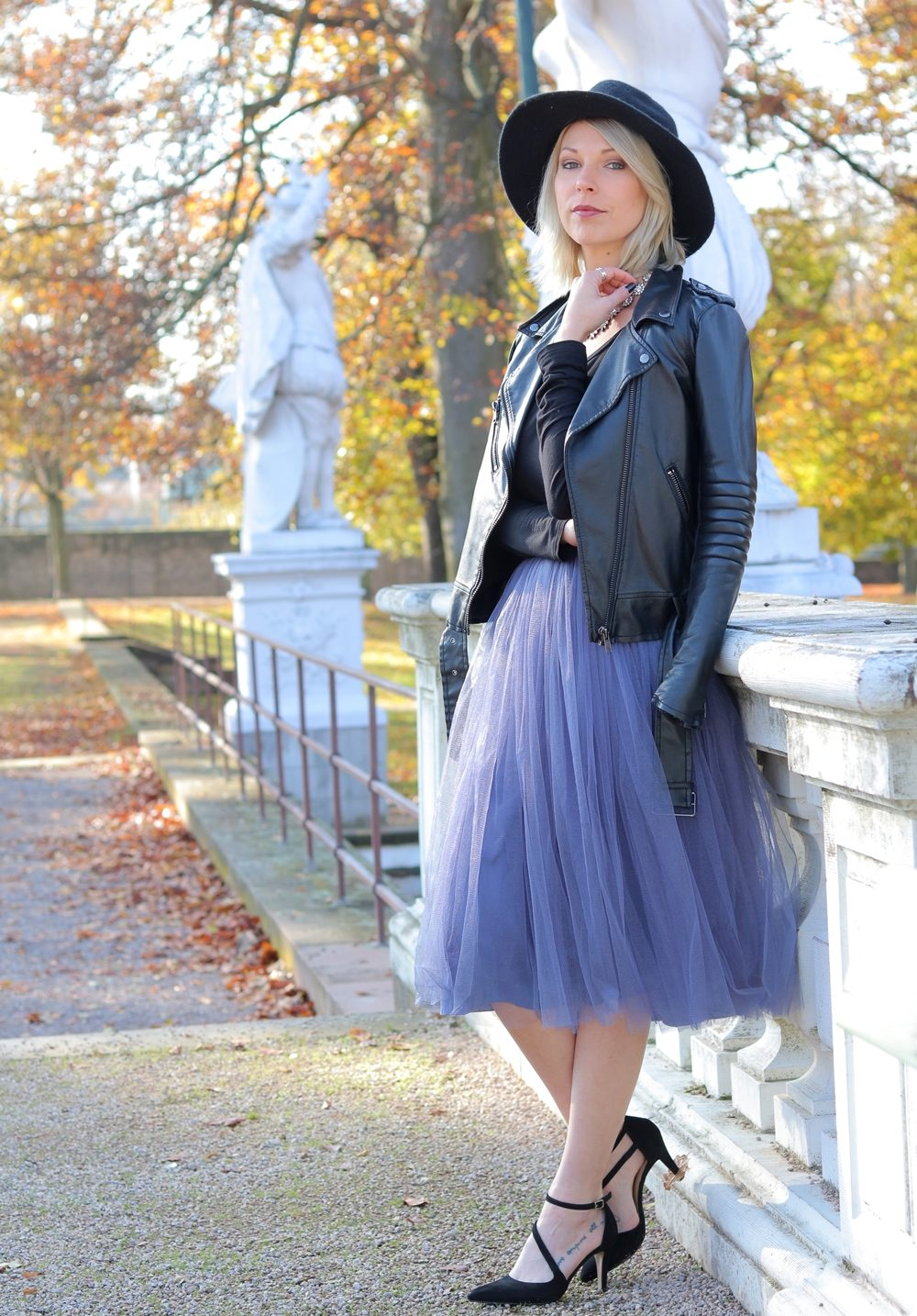 fashionblogger-karlsruhe-outfit-lila-tuellrock-asos-shirt-pumps-tamaris-schwarzer-hut-24