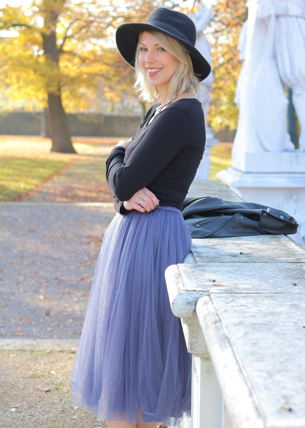 fashionblogger-karlsruhe-outfit-lila-tuellrock-asos-shirt-pumps-tamaris-schwarzer-hut-26