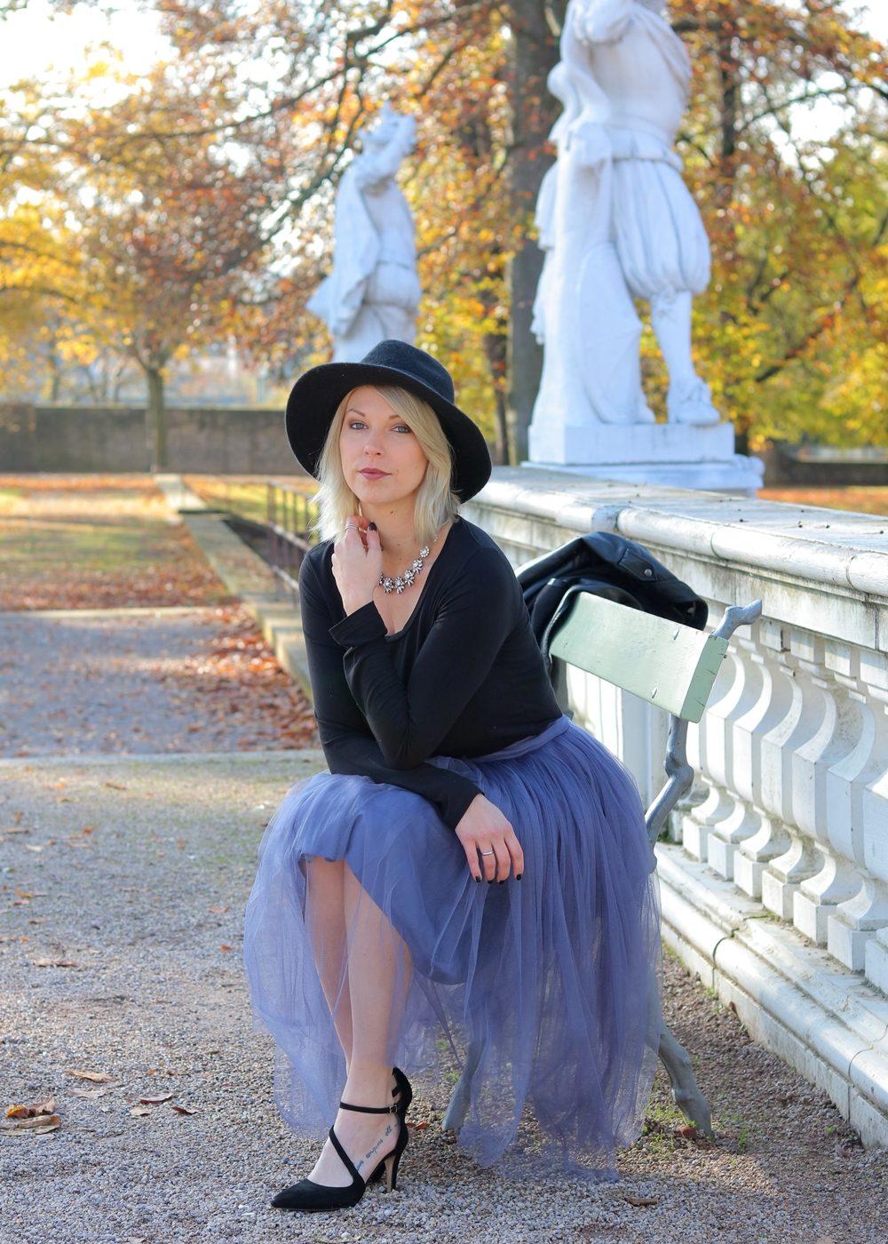 fashionblogger-karlsruhe-outfit-lila-tuellrock-asos-shirt-pumps-tamaris-schwarzer-hut-29