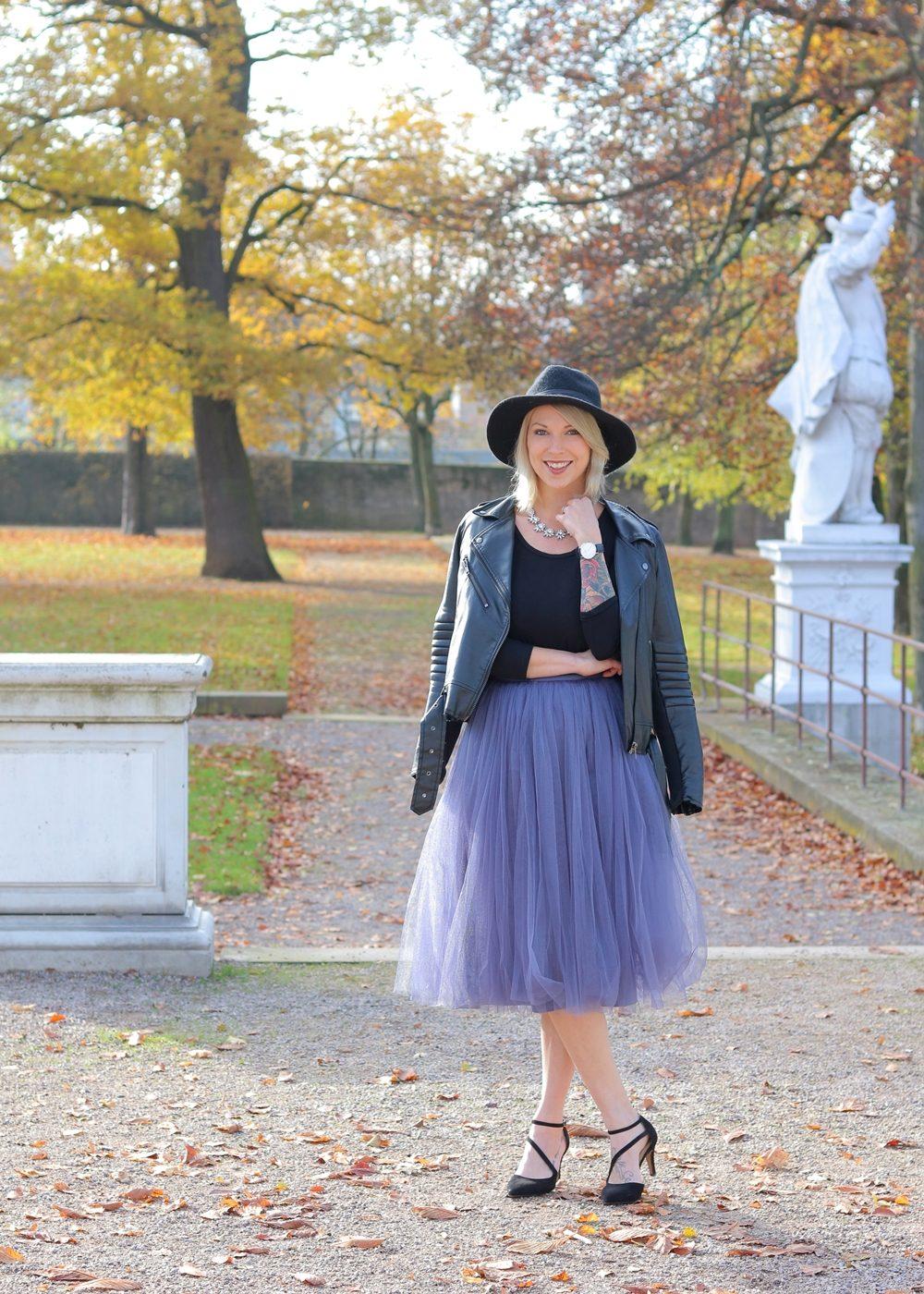fashionblogger-karlsruhe-outfit-lila-tuellrock-asos-shirt-pumps-tamaris-schwarzer-hut-4