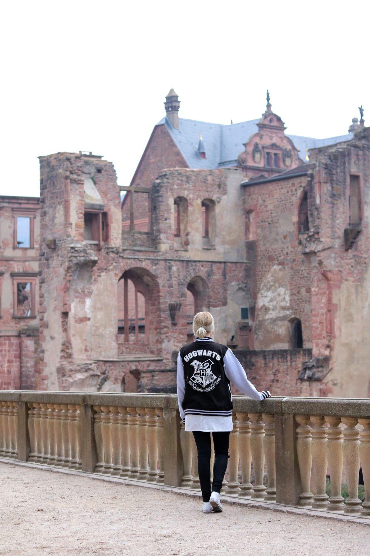 fashionblogger-outfit-emp-hogwarts-collegajcke-converse-lederchucks-skinnyjeans-1-1-von-1