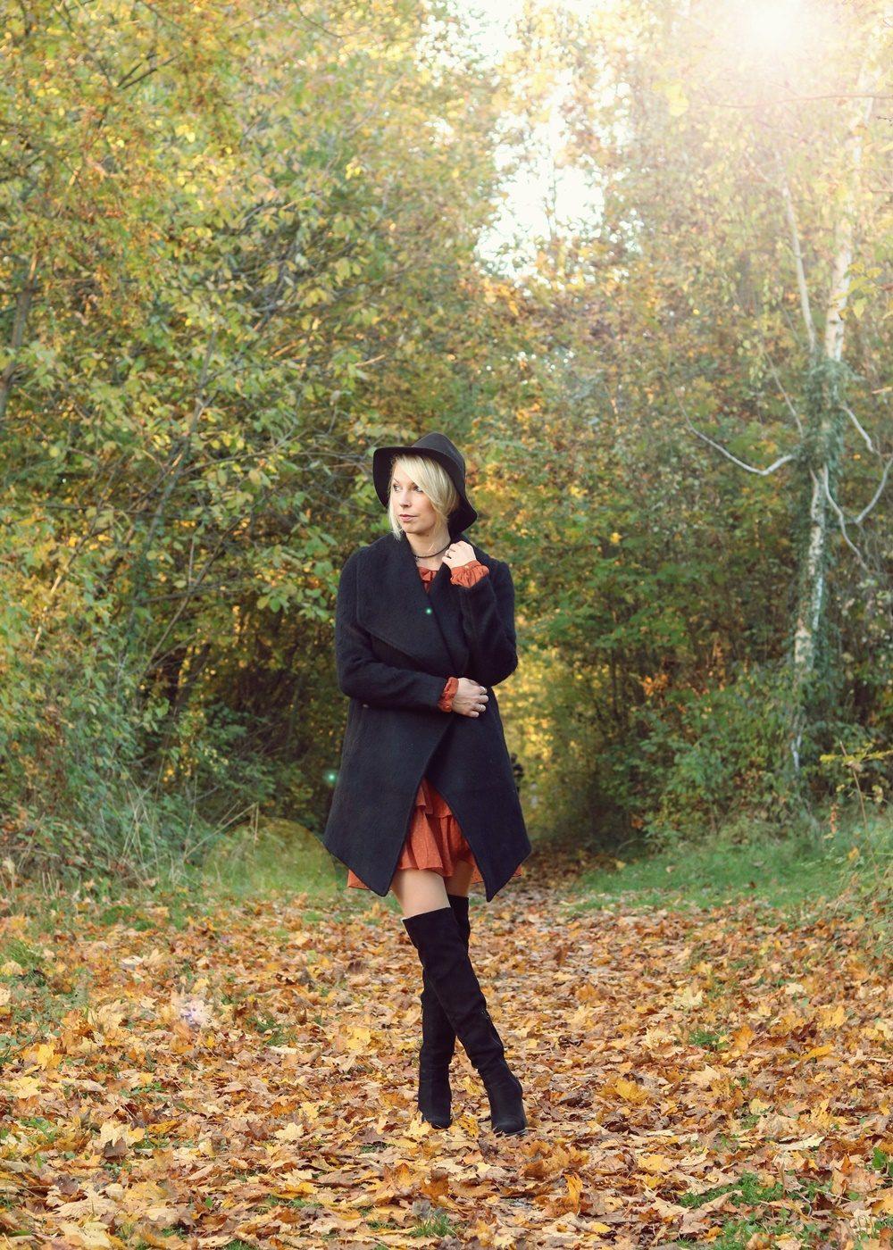 modeblogger-karlsruhe-outfit-herbst-kleid-vero-moda-rostrot-schwarzer-mantel-overknees-1-von-27