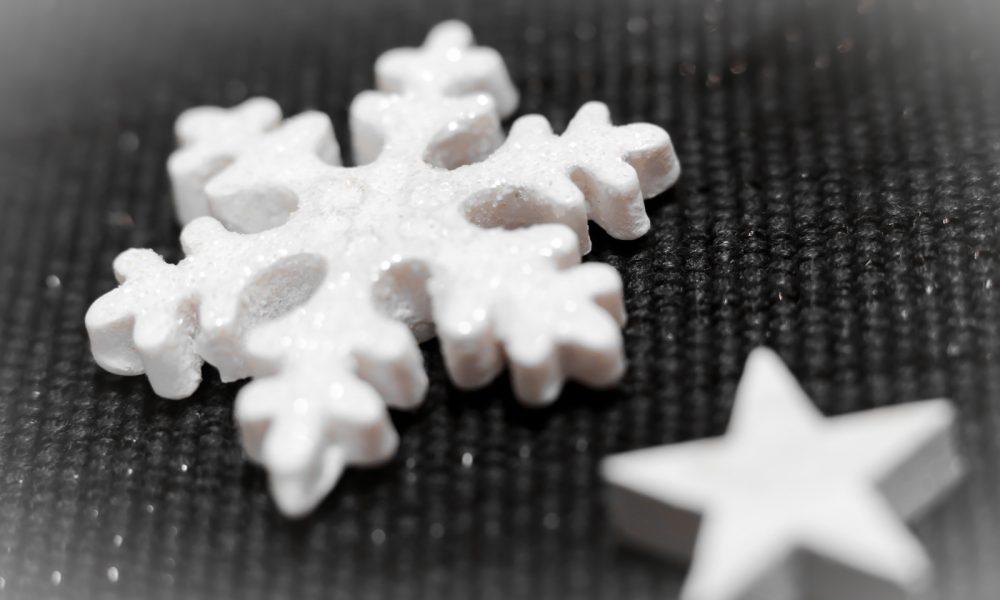 ediths-weihnachten-tischdekoration-advent-schwarzes-besteck-teller-gold-sterne-8