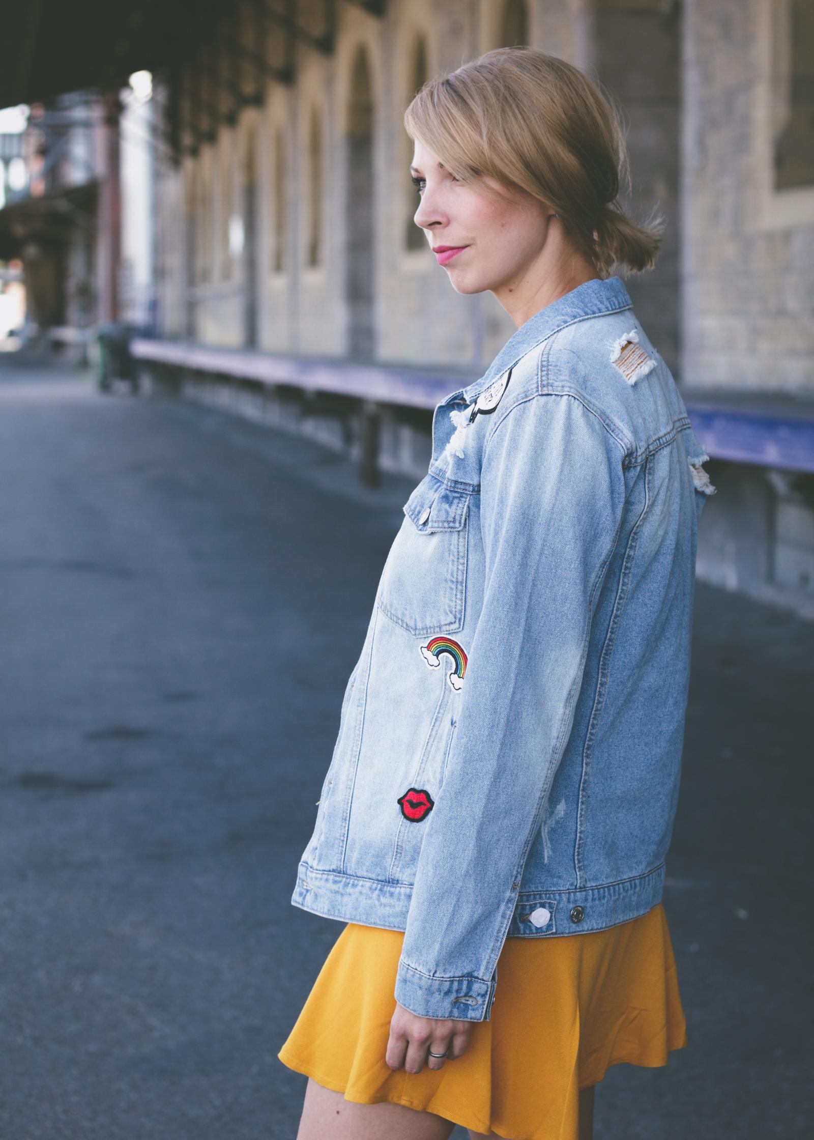 outfit kleid senfgelb jeansjacke mit patches puma basket. Black Bedroom Furniture Sets. Home Design Ideas