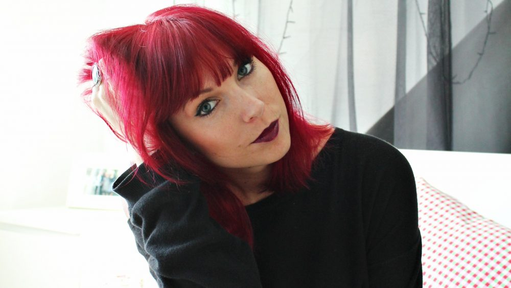 Rote haare lila kleidung