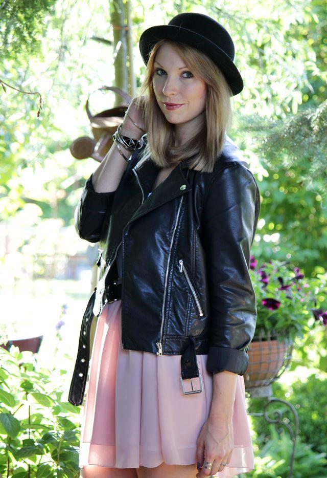 Outfit Rosa Skaterrock Lederjacke Hut Federclutch Hut (4