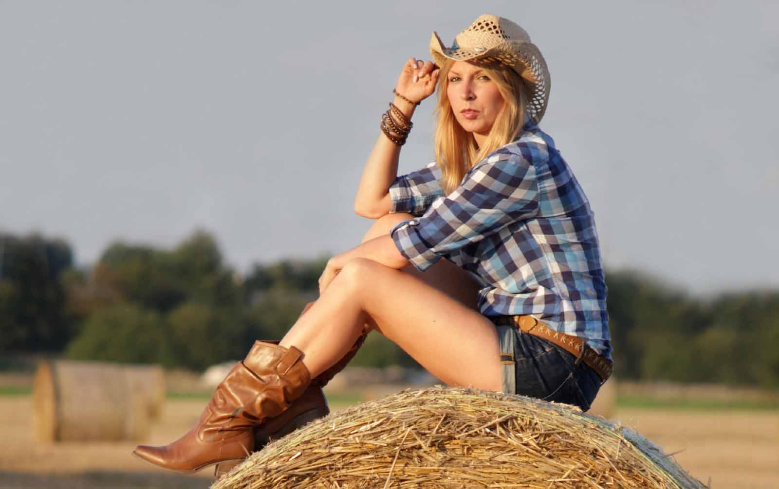 Outfit Cowgirl Jeansshort Westernstiefel Kariertes Hemd Strohhut 1