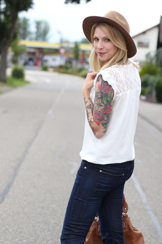 Bootcut Jeans Spitzenshirt 7