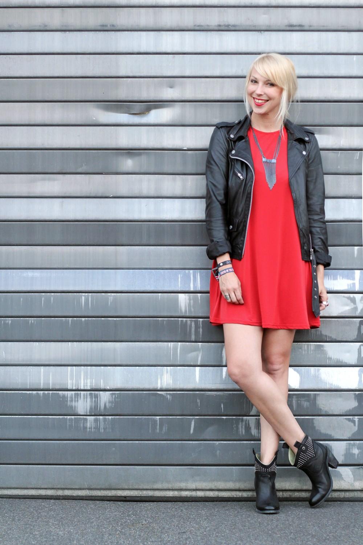 Outfit rotes Kleid Lederjacke Steifeletten OOTD 1