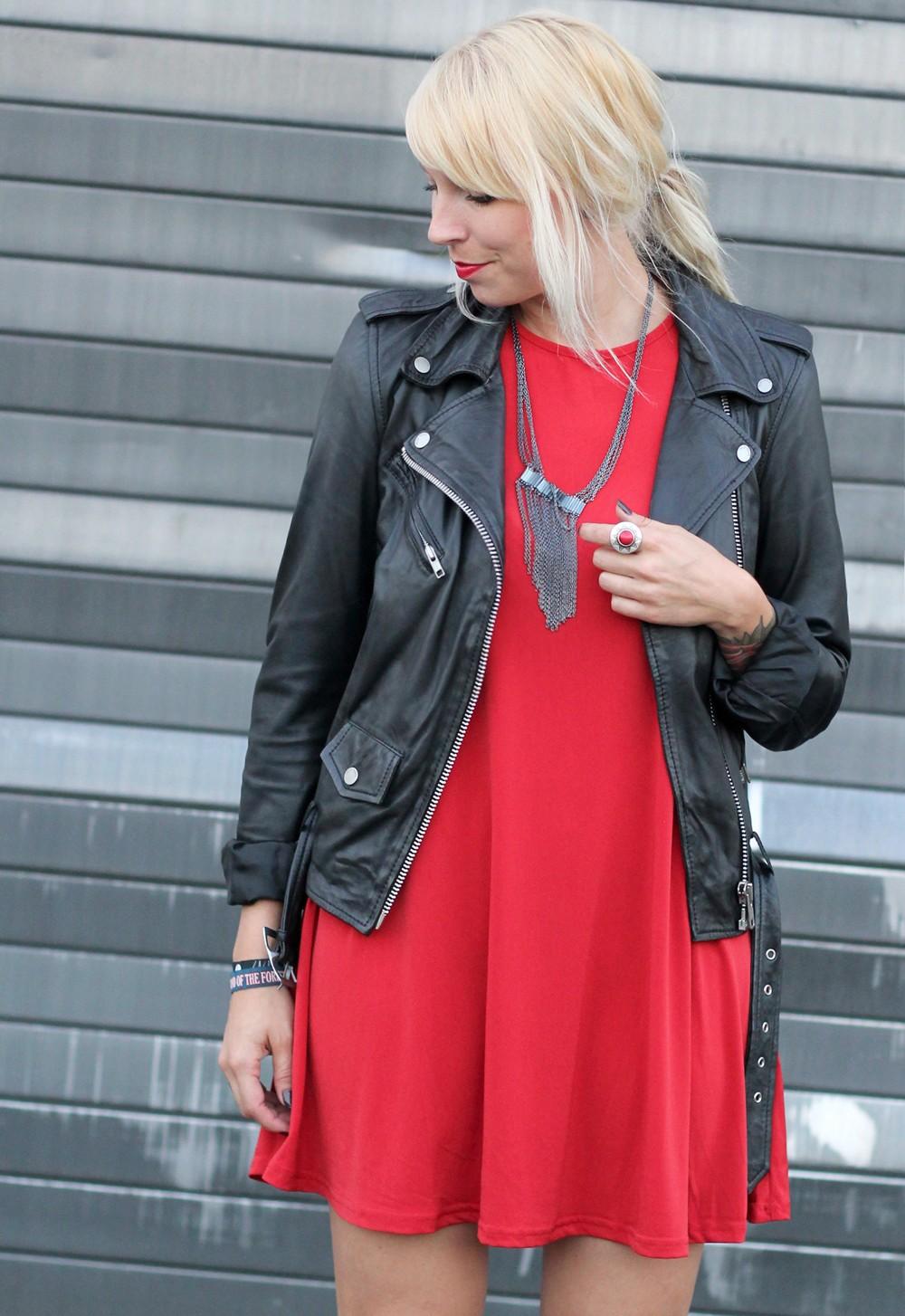 Outfit rotes Kleid Lederjacke Stiefeletten OOTD 12
