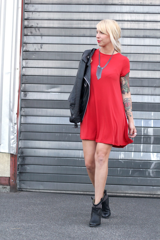 Outfit rotes Kleid Lederjacke Stiefeletten OOTD 5