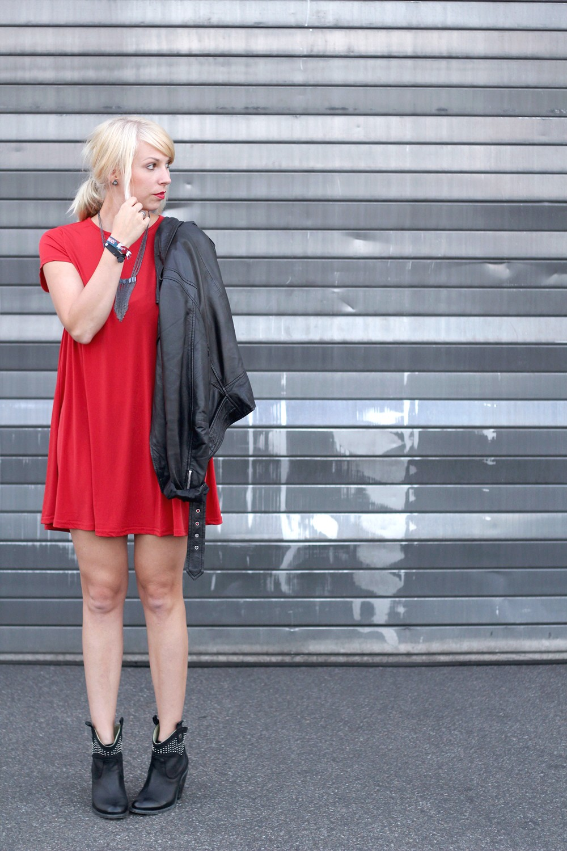 Outfit rotes Kleid Lederjacke Stiefeletten OOTD 7