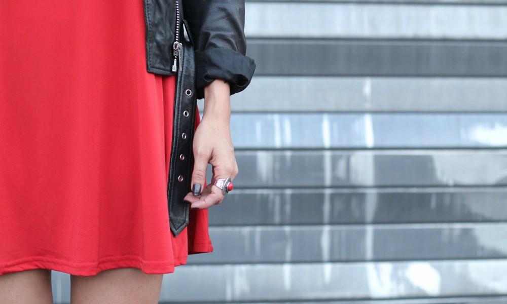 rotes Kleid mit Lederjacke Detail 1
