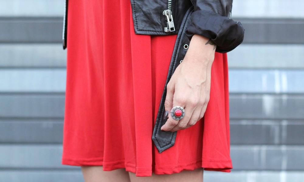 rotes Kleid mit Lederjacke Detail 3