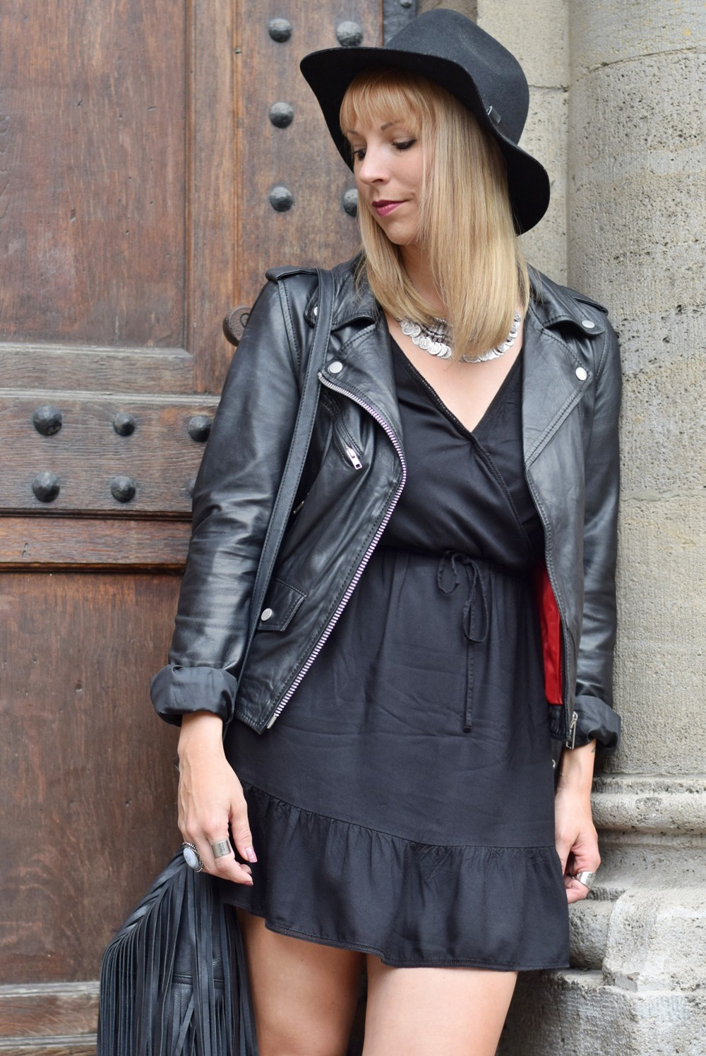 Outfit Bohokleid Fransentasche Lederjacke Hut Bikerboots 7