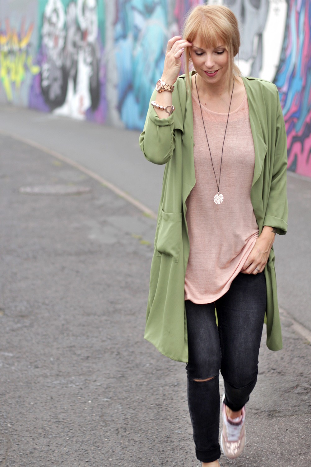 Outfit Deichmann Sneaker rose Trenchcoat Jeans 6
