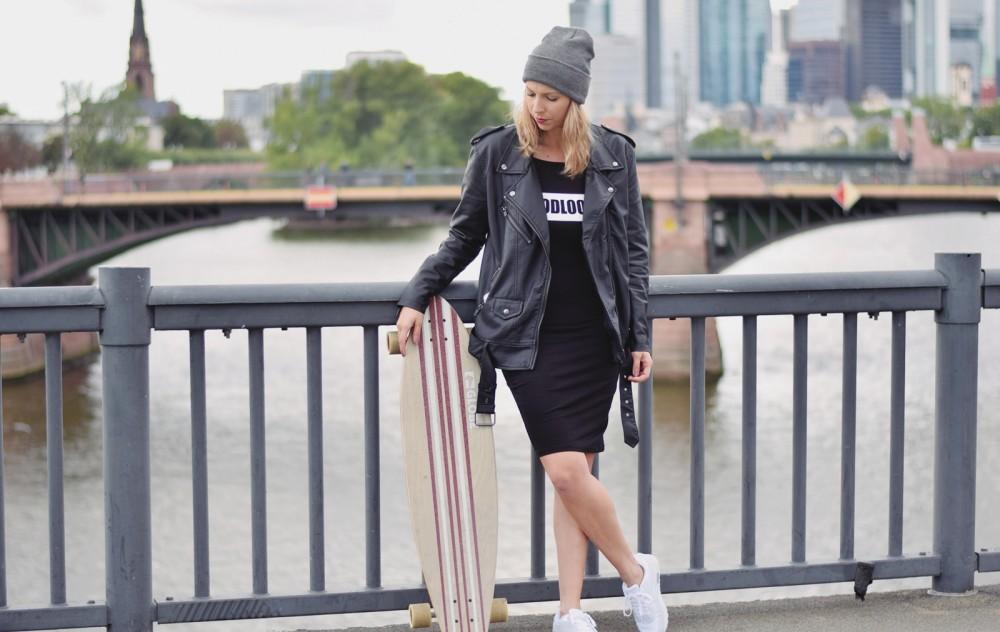 Outfit Fashionblogger Frankfurt Lederjacke Kleid Sneaker 16