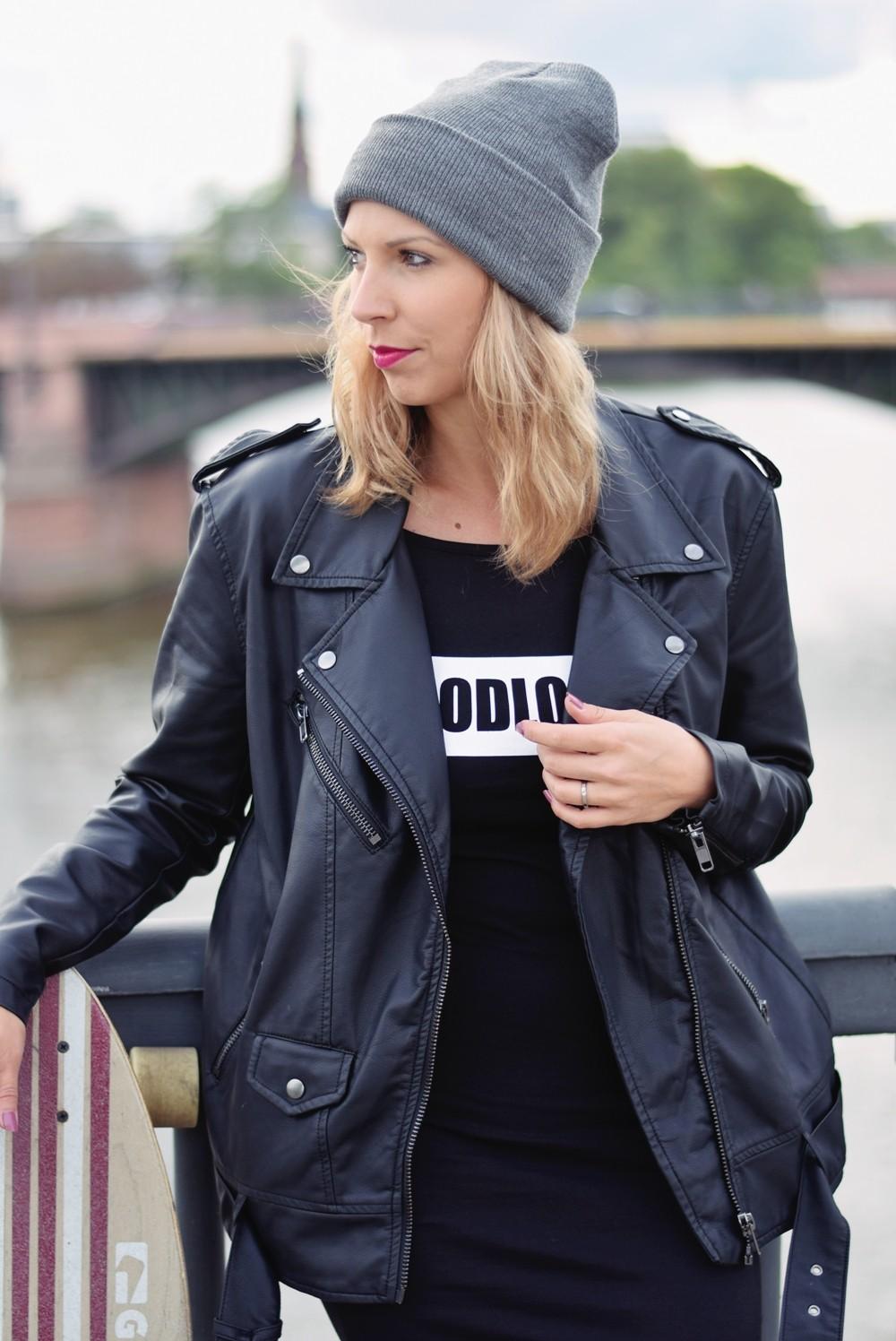 Outfit Fashionblogger Frankfurt Lederjacke Midikleid Sneaker 1