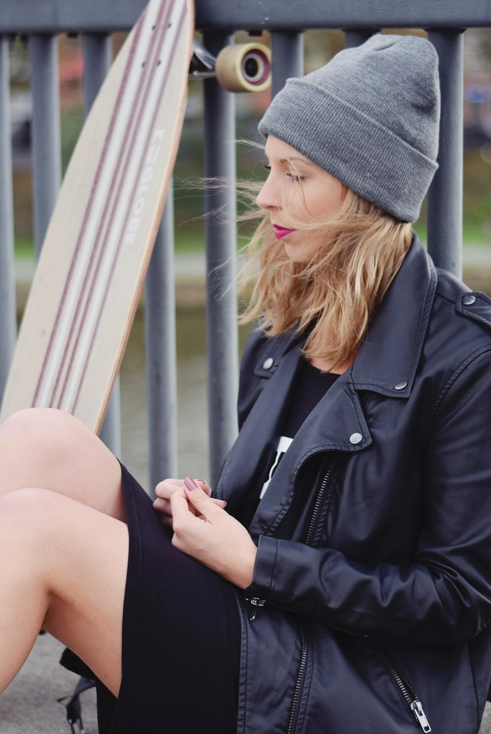 Outfit Fashionblogger Frankfurt Lederjacke Midikleid Sneaker 14