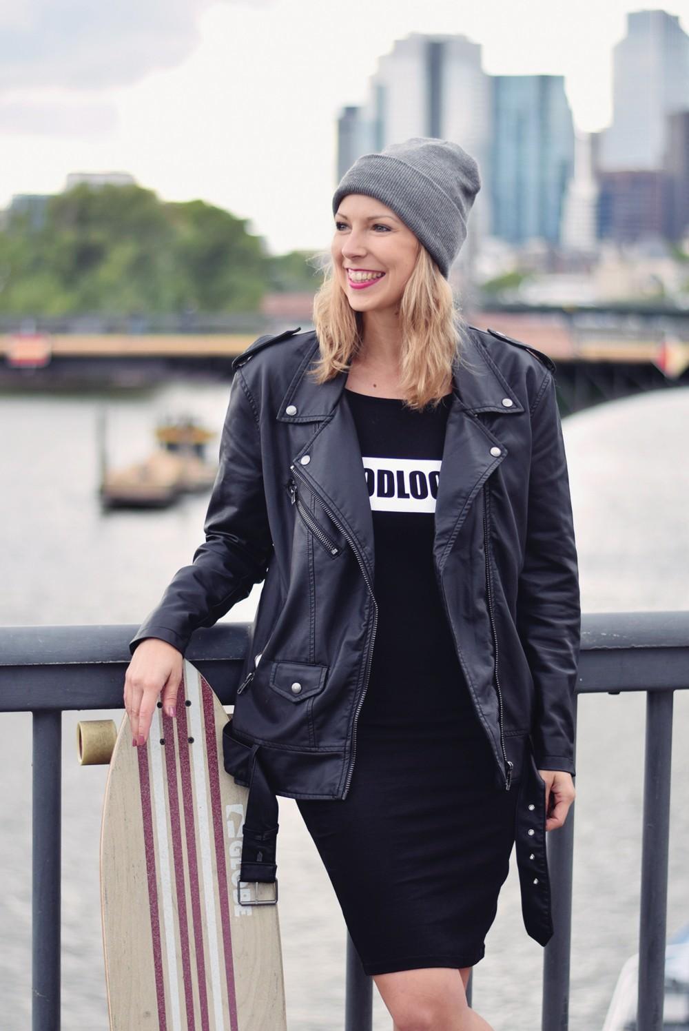Outfit Fashionblogger Frankfurt Lederjacke Midikleid Sneaker 6