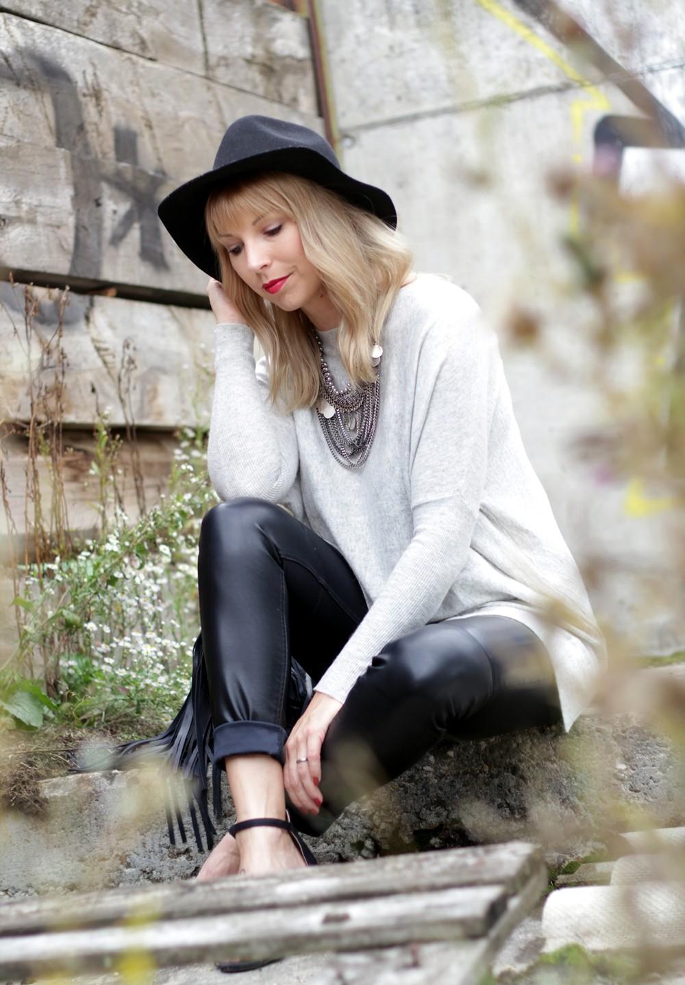 Outfit Lederhose grauer Sweater Hut Fransentasche 17